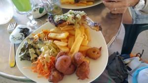 Accras , frites et poulet sauce chien
